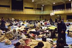 JR仙台駅近くの小学校体育館に避難した人々