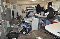 地震発生直後の市役所執務室