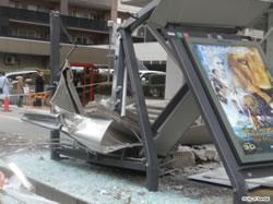 ビル外壁の落下により破損した五橋バス停