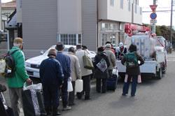 応急給水に並ぶ市民の列