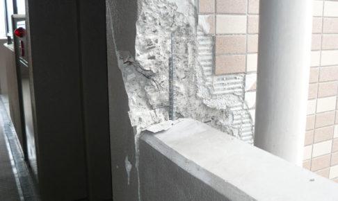 エレベーターホール脇の壁面が欠けたマンションも[引用元:Yahoo! JAPAN「東日本大震災 写真保存プロジェクト」]