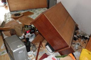 テーブルの下にサイドボード内のガラスなどが散乱したお宅も[引用元:Yahoo! JAPAN「東日本大震災 写真保存プロジェクト」]