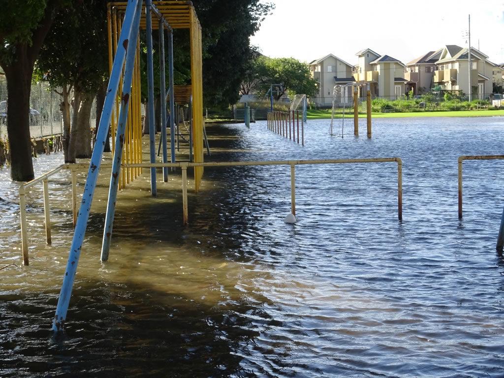 洪水に沈む遊具