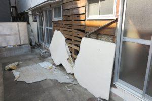 震災で剥がれ落ちた壁