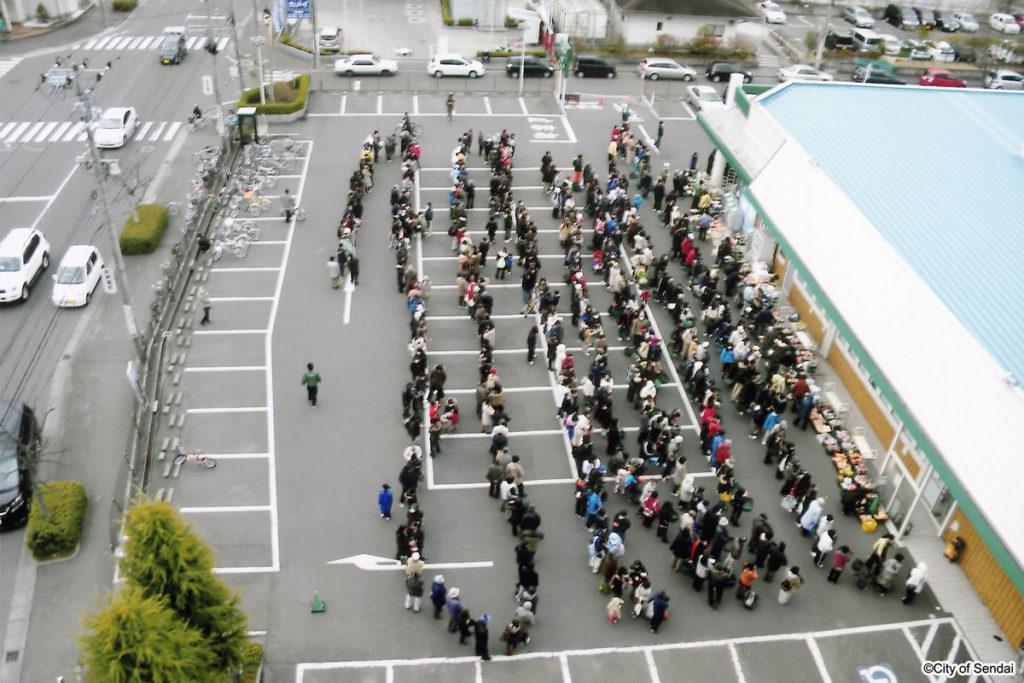 店頭販売に並ぶ人々