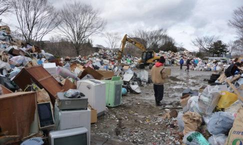震災ごみを仮置き場に持ち込む市民
